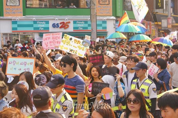 5일 오후 대구백화점 앞에서 열린 대구퀴어문화축제 참가자들이 경찰의 보호를 받으며 거리행진을 하고 있다.