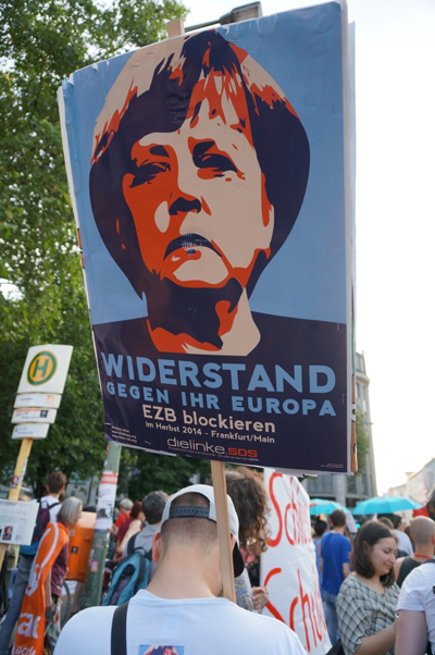 앙겔라 메르켈에 항의하는 시민들의 피켓
