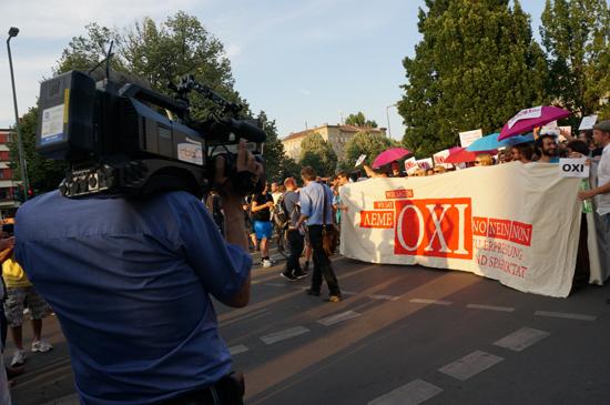 그리스연대 시위대들을 베를린-브란덴부르크 방송국 rbb가 촬영하고 있다