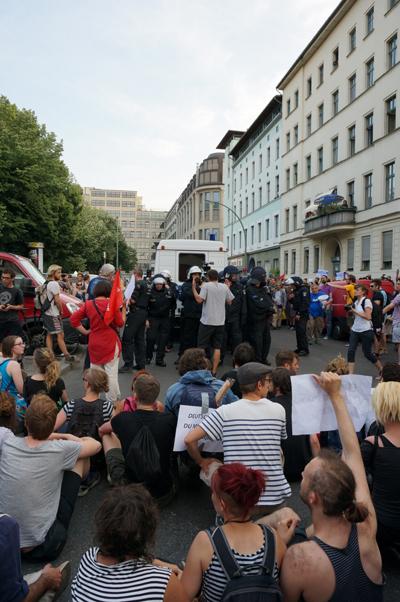 경찰이 그리스 연대시위 참가자를 연행하자 바로 연좌시위를 벌이는 시민들