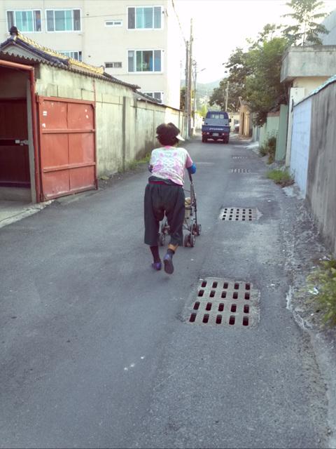 유모차는 든든한 어머니 전용자가용~ 마을을 다닐 때는 언제나 유모차가 동행합니다~