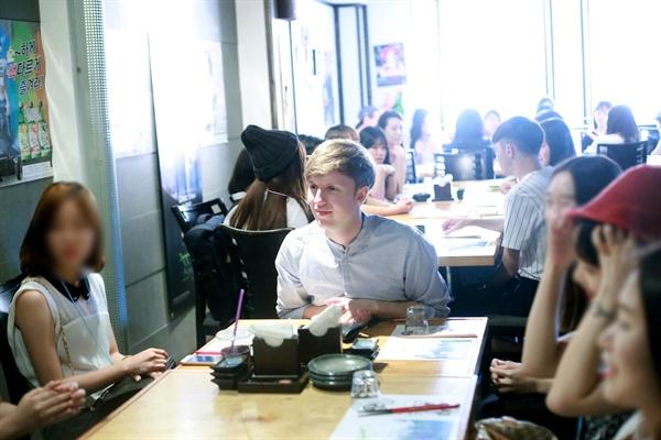 5일 서울 홍대입구의 한 음식점에서 열린 팬미팅 현장. 줄리안 퀸타르트가 팬들과 대화 중이다.