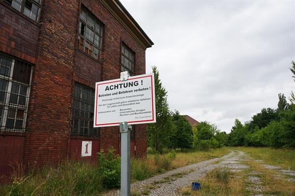베르나우에 위치한 육군의류보급군사시설 입구에 '위험! 출입금지, 통행금지!'라는 표지판이 서 있다.