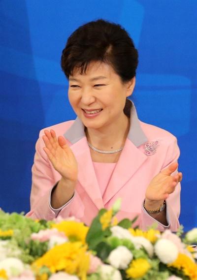 박수치는 박 대통령 박근혜 대통령이 8일 청와대에서 열린 전국 시장·군수·구청장과의 오찬에서 박수치고 있다.