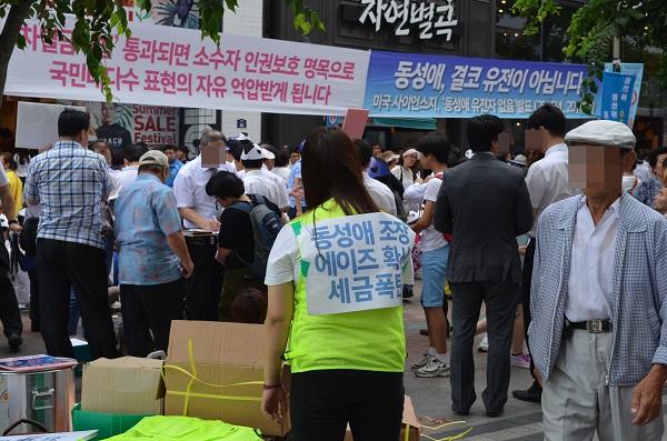 이 날, 퀴어문화축제 행사장과 반대단체 집회장소 사이에는 암묵적인 경찰 경계선이 그어져 있었다.  하지만 몇몇 반대 단체에서는 경계를 이루고 있는 경찰무리를 넘어와 본인의 들의 생각을 소리쳐 주장하기도 했다.