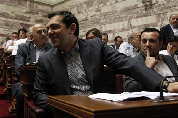 의회 도착하는 치프라스 그리스 총리