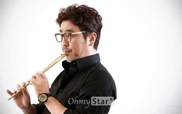 영화 <손님>에서 피리부는 떠돌이 악사 우룡 역의 배우 류승룡이 9일 오후 서울 팔판동의 한 카페에서 포즈를 취하고 있다.