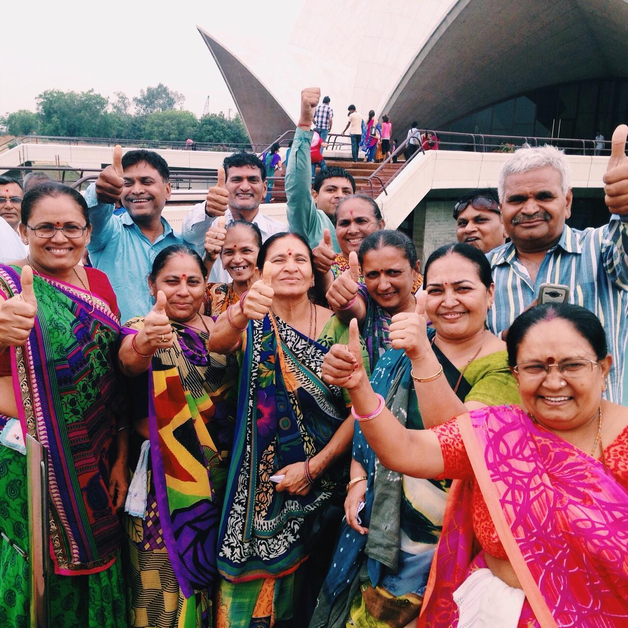 델리, 로터스 템플(Lotus Temple) 나를 쳐다보던 사람들, 황홀한 미소와 따봉.