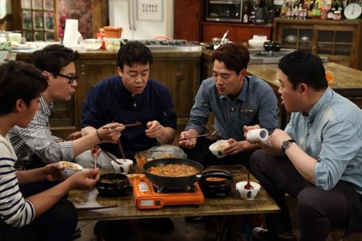 '집밥 백선생' 국물 음식을 나눠 먹는 오손도손한 모습.