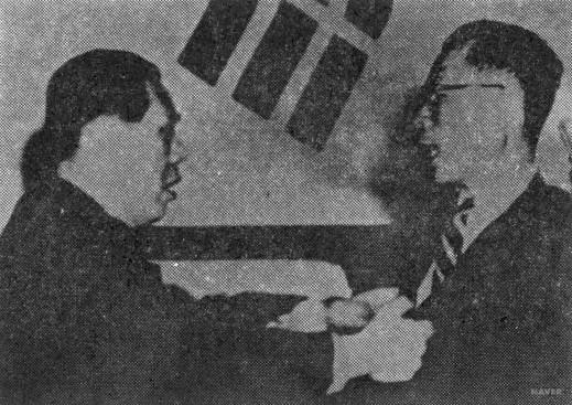 1954년 11월 29일 '사사오입 개헌' 당시 이철승 의원이 최순주 부의장의 멱살을 잡고 항의하고 있다.