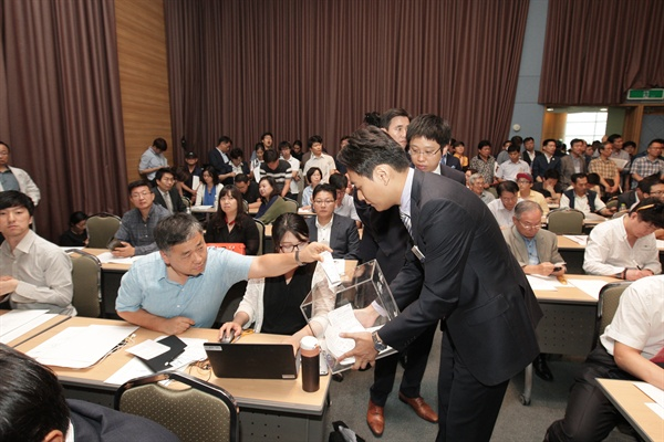 17일 오전 서울 양재동 at센터에서 열린 삼성물산 임시주주총회에 참석한 주주들이 삼성물산-제일모직 합병 승인안에 투표하고 있다.
