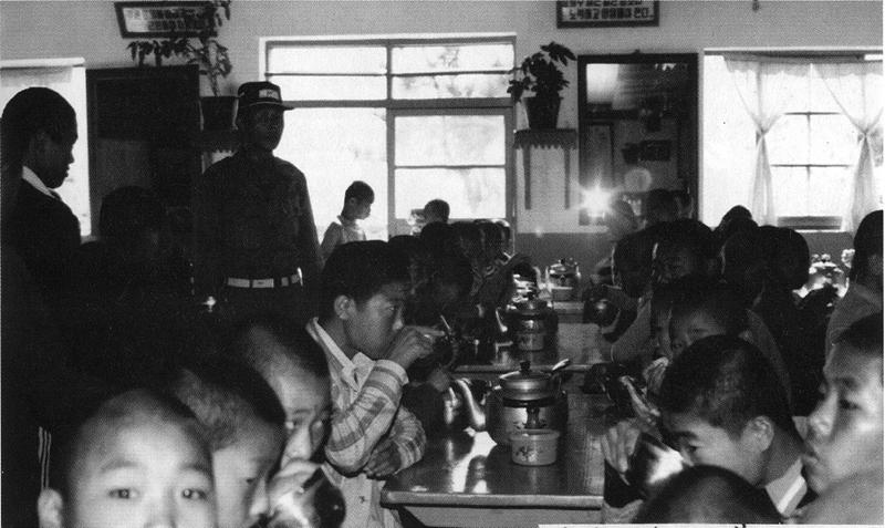 식사 시간에 중대장은 음식을 남기지 않는지 늘 감시했다. 냄새 때문에 자장면을 먹지 못한 원생을, 중대장이 식판으로 머리를 내리치기도 했다.