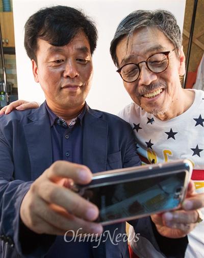 소설가 이외수씨와 오마이뉴스 신광태 시민기자가 함께 사진을 찍고 있다.