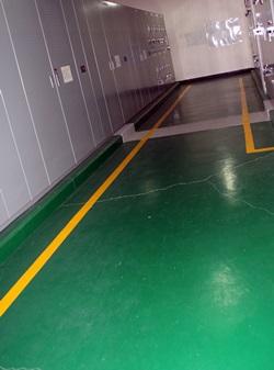 병원 측은 시설관리직 직원들에게 바닥 방수페인트 공사까지 떠맡겼다.