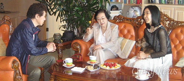 김필주 박사(사진 가운데), 오인동 박사(사진 왼쪽)와 대화를 나누고 있는 신은미 시민기자.