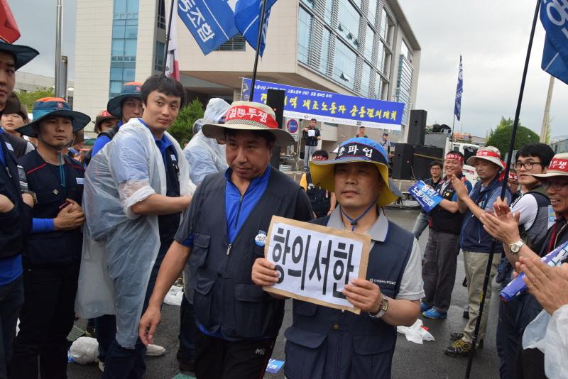 항의서한 전달하는 노동자 고용노동부 창원지청에 노동자의 의견을 담은 항의서한을 전달했다