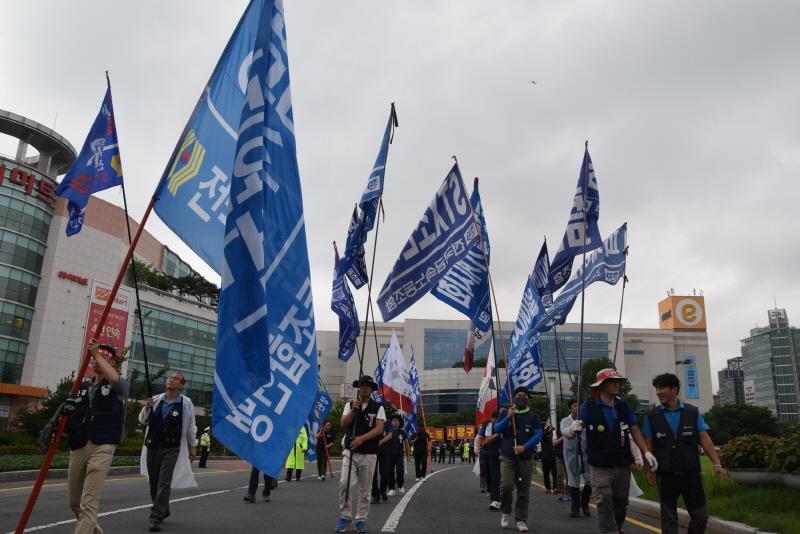 거리에 수 놓은 금속노조, 금속노련 깃발 20년만에 금속노조와 금속노련의 깃발이 나란히 섰다