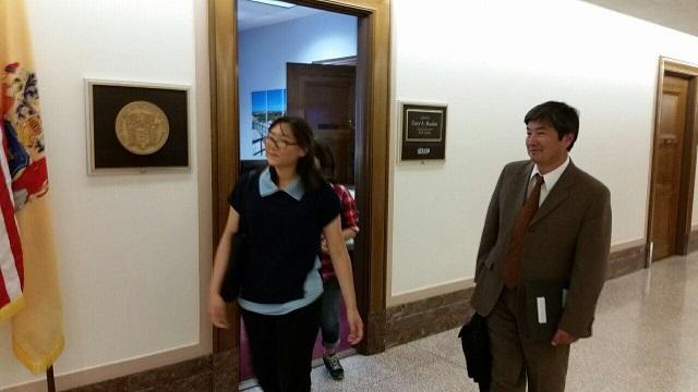 평화 실현 전국 캠페인 서혁교 NAKA 부회장과 전세희씨가 의원실 방문을 마치고 나오고 있다.