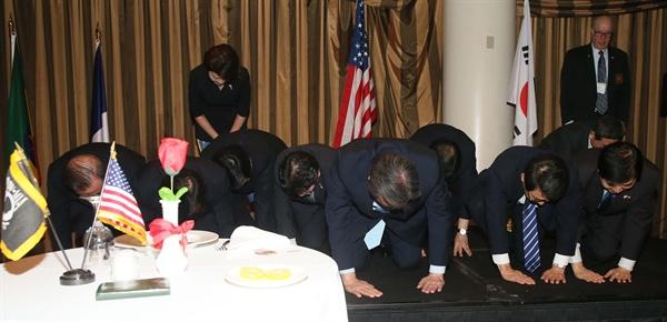 미국을 방문 중인 새누리당 김무성 대표와 동행 의원들이 25일(현지시간) 워싱턴D.C 더블트리 바이 힐튼호텔에서 열린 한국전참전용사 만찬에서 한국전 참전용사들과 유가족들에게 감사의 큰절을 올리고 있다.