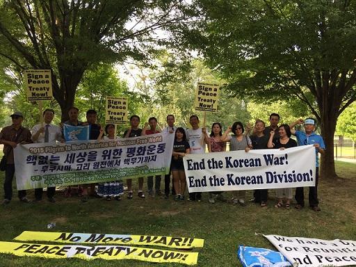 평화 실현 전국 캠페인 한국전 참전용사 기념비에서 한반도 평화 실현을 위한 거리홍보를 한 참가자들