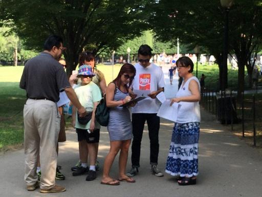 평화 실현 전국 캠페인 캠페인 관계자들이 거리 홍보를 하며 한반도 상황에 대해 설명하고 평화 협정에 동의하는 사인을 받고 있다.