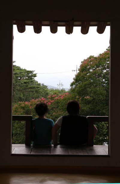명옥헌원림을 찾은 여행객들이 명옥헌 마루에 앉아서 쉬고 있다. 지난 27일 모습이다.