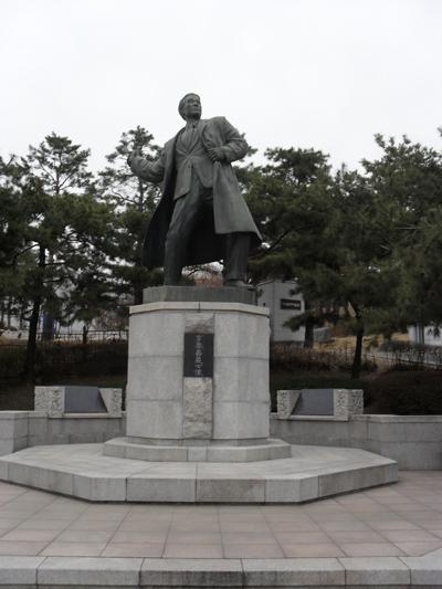 일본왕 히로히토에게 폭탄을 투척하는 이봉창. 서울시 용산구 효창동의 효창공원에서 찍은 사진.