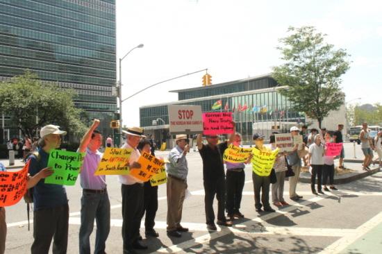 유엔본부 건물 앞에서 평화협정 체결과 탄저균 실험 규탄시위를 벌이고 있는 한인.