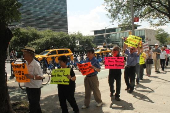유엔 건물 일대를 행진하며 평화협정 체결과 탄저균 실험 규탄시위를 벌이는 모습.