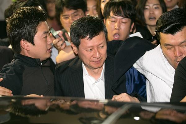 롯데그룹의 후계를 놓고 일본에서 '왕자의 난'을 벌인 신동주 전 일본 롯데홀딩스 부회장(가운데)이 지난 29일 오후 김포공항 국제선 입국장을 통해 들어선 후 차에 오르고 있다.