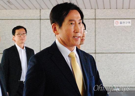 인사청탁과 관련한 뇌물수수 혐의를 받고있는 조현오 전 경찰청장이 3일 오전 부산지방검찰청으로 들어서고 있다.