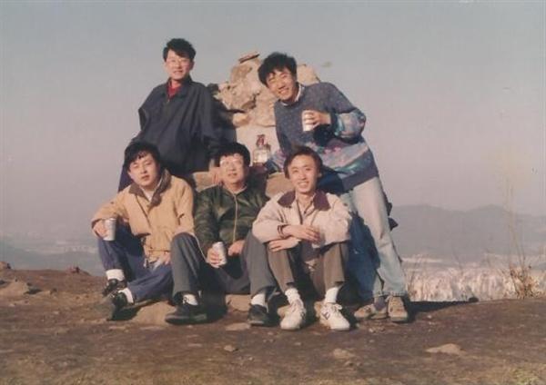 필자의 박사과정 시절 선생님과의 관악산 등반길에서. 가운데가 김수행 선생, 왼편이 필자