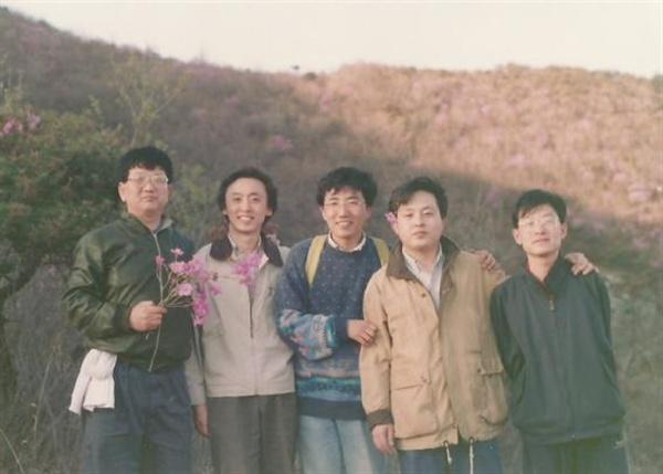 같은 날 등산 길에서 꽃을 든 선생, 꽃을 머리에 꽂은 필자