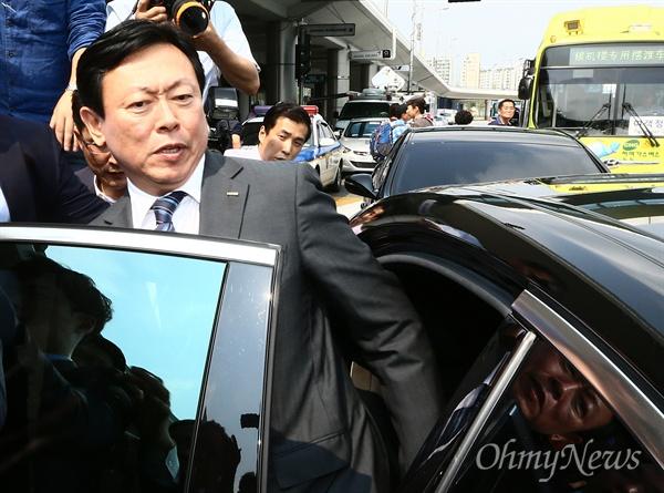 신동빈 롯데그룹 회장이 3일 오후 김포공항을 통해 입국, 차량에 탑승하고 있다.