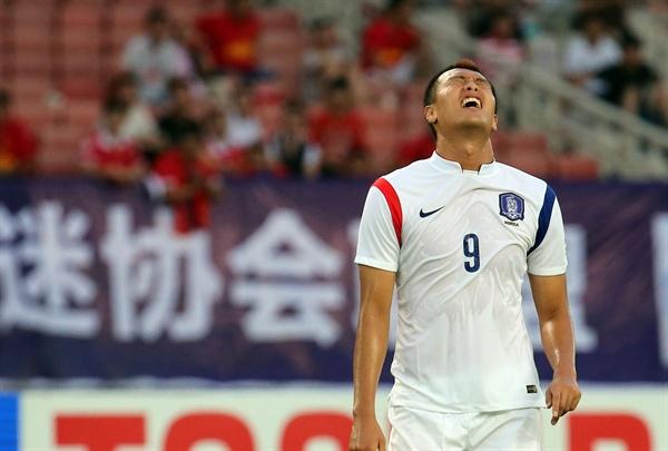 5일 중국 후베이성 우한스포츠센터에서 열린 동아시안컵 축구대회 한국과 일본의 경기에서 한국 김신욱이 본인의 슛이 빗나가자 아쉬워하고 있다.
