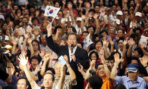 영화 '암살' 상영회에 온 김무성  광복 70주년 기념으로 6일 오후 국회의원회관에서 열린 영화 '암살' 상영회에 앞서 새누리당 김무성 대표가 '대한독립 만세! 만세! 만세!'를 외치고 있다.