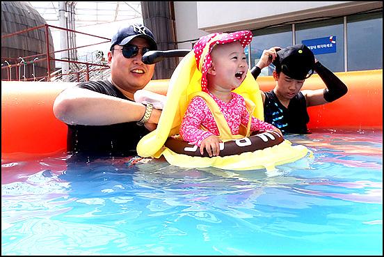 지난 2월 돌 지난 손녀딸이 아빠와 오빠와 함께 물놀이를 즐기며 좋아하고 있는 모습이 마냥 천진난만 하다.