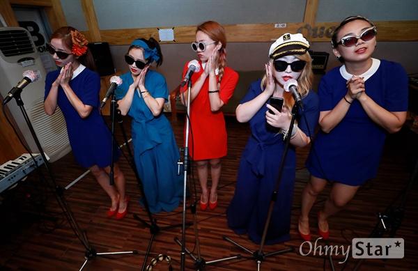 세계 최초의 걸그룹 '김시스터즈'의 멤버 김민자씨의 방한에 맞춰 헌정콘서트를 준비 중인 걸그룹 '미미시스터즈'와 '바버렛츠'가 3일 오후 서울 마포구 서교동의 한 합주실에서 연습을 하고 있다.