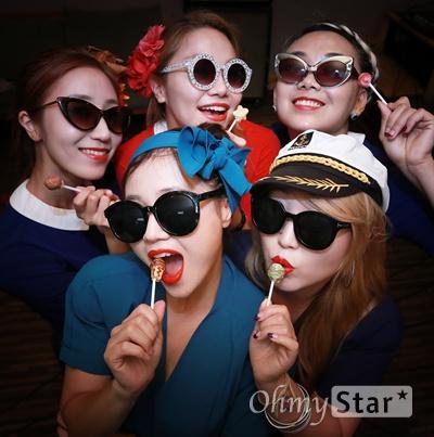 세계 최초의 걸그룹 '김시스터즈'의 멤버 김민자씨의 방한에 맞춰 헌정콘서트를 준비 중인 걸그룹 '미미시스터즈'와 '바버렛츠'가 3일 오후 서울 마포구 서교동의 한 합주실에서 포즈를 취하고 있다.