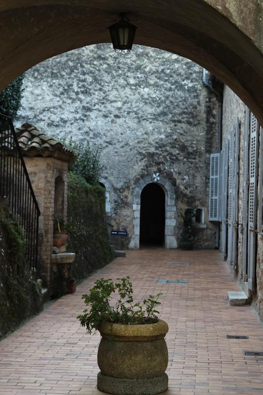 남프랑스 생폴드방스의 도미니코 수녀원 입구 풍경
