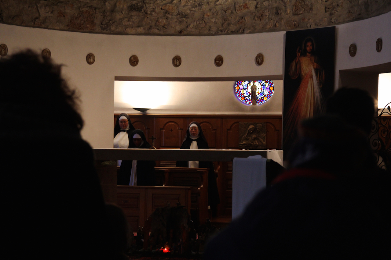 생폴드방스 수녀원의 소박한 성당에서. 제대 뒤에 수녀님들의 자리가 있다.