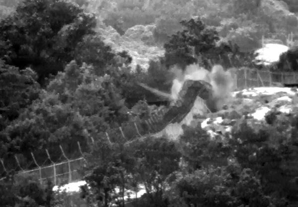 합동참모본부가 10일 공개한 4일 사고 당시 열상감시장비(TOD)로 촬영된 지뢰 폭발장면