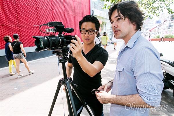 유튜브 채널 <Asian Boss>로 동영상을 연재 중인 케이와 스티브가 10일 오후 서울 마포구 홍대입구역 인근에서 동영상을 제작하고 있다.