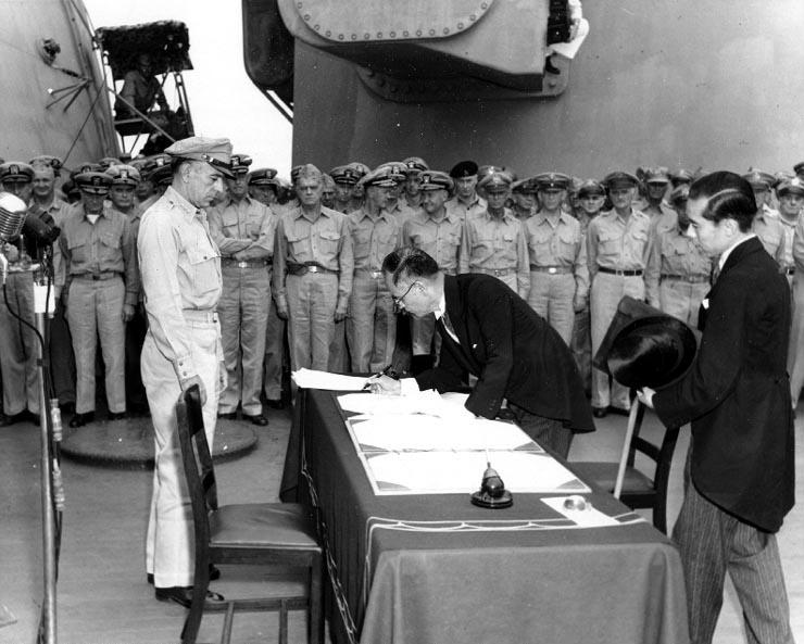 일본의 항복을 받는 미국. 1945년 9월 2일 전함 USS 미주리함에서 항복문서 서명식이 거행되고 있다.