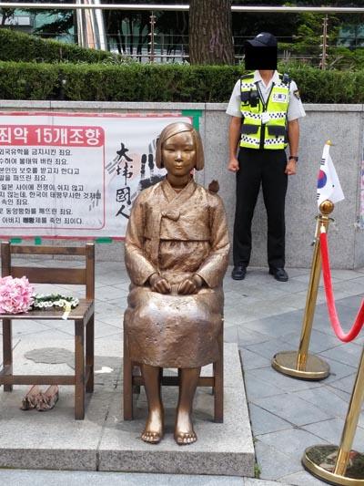 일본대사관 앞에 있는 위안부 소녀상(평화비 소녀상). 서울시 종로구 중학동 소재.
