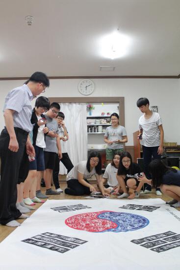 7월 26일 공공외교관 프로젝트 1318 아시아를 품다 참가자들이 인도네시아 한 고교에서 진행할 문화박람회 리허설을 하는 모습.
