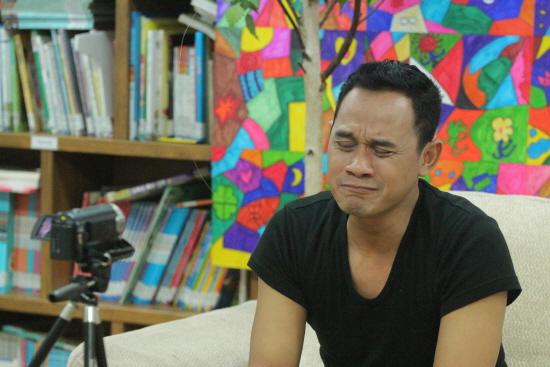 인도네시아 출신의 까미디 얀또(35) 씨가 영상편지 녹화 중 감정에 북받친 듯 울먹거리고 있다.