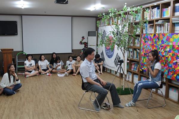 이주노동자 인터뷰 영상을 촬영 중인 이정기 센터장. 공공외교관 프로젝트 참가 청소년들은 이주노동자들의 고향에 영상편지를 전달한다.