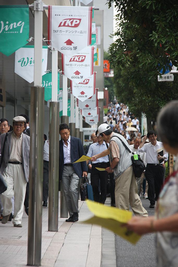 14일 만 6년을 맞은 나고야 소송 지원회의 도쿄 금요행동. 지원회가 일본 도쿄 미쓰비시 중공업 본사 앞에서 매주 금요일 벌이는 원정 시위는 강제징용 투쟁의 상징이 됐다. 사진은 지난 6월 26일 금요행동에 참석한 회원들이 시나가와 역에서 전단지를 배포하고 있는 모습이다.