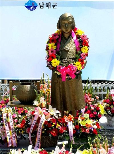 경남 남해군은 남해여성인력개발센터 앞에 남해 출신 일본군위안부 피해자인 박숙이 할머니의 이름을 딴 '숙이공원'을 조성하고 이곳에 '평화의소녀상'을 세워 14일 제막식을 가졌다.